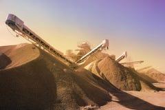 Maquinaria pesada da produção do cascalho na pedreira Fotografia de Stock Royalty Free