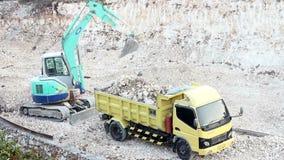 Maquinaria pesada 3 de 4 - Digger Excavator Loads Truck vídeos de arquivo