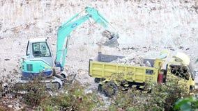 Maquinaria pesada 1 de 4 - máquina escavadora Loading um caminhão video estoque