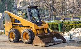 Maquinaria pronta para a limpeza da neve em um parque romeno Imagem de Stock