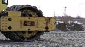 Maquinaria resistente que trabaja en emplazamiento de la obra de la carretera metrajes