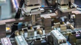 Maquinaria robótico industrial na linha da fabricação foto de stock