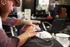 Maquinilla de afeitar de la garganta de Barber Shaving Client With Cut Imagen de archivo libre de regalías