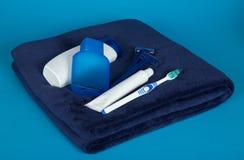 Maquinilla de afeitar de seguridad, loción, toalla y sistema para el cuidado Fotos de archivo libres de regalías
