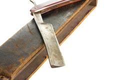 Maquinilla de afeitar recta con la correa de cuero vieja Fotografía de archivo