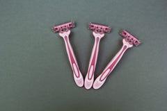 Maquinillas de afeitar para las mujeres en un fondo gris foto de archivo libre de regalías