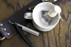 Maquinillas de afeitar rectas con la taza y la crema Imagen de archivo