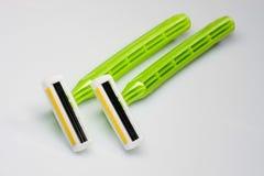 Maquinillas de afeitar verdes Imagenes de archivo