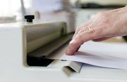 Maquinista de atascamiento de libro Trabajo con la máquina de atascamiento de libro fotografía de archivo