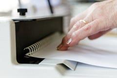 Maquinista de atascamiento de libro Trabajo con la m?quina de atascamiento de libro foto de archivo libre de regalías