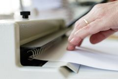 Maquinista de atascamiento de libro Trabajo con la m?quina de atascamiento de libro imagenes de archivo