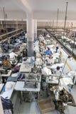 Maquinista de la producción de la fábrica de la materia textil que trabaja en línea Imagenes de archivo