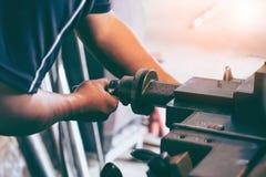 Maquinista profesional: máquina de pulir de funcionamiento del torno del hombre fotos de archivo libres de regalías
