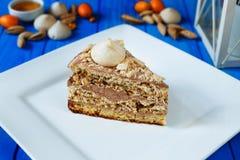 Marängkakan med hasselnötter och karamellsmör lagar mat med grädde arkivfoto