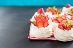 Marängreden med kräm- och nya jordgubbar för jordgubbe Arkivbilder