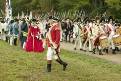 março britânicos do pífano e do cilindro na estrada da rendição no 225th aniversário da vitória em Yorktown, um reenactment do ce Fotografia de Stock