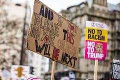 março contra políticas do trunfo Imagens de Stock Royalty Free