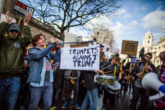 março contra políticas do trunfo Fotografia de Stock Royalty Free