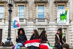 março contra políticas do trunfo Fotos de Stock Royalty Free