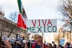 março contra políticas do trunfo imagens de stock