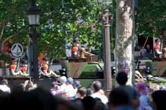 Março militar em campeões Elysees Fotos de Stock Royalty Free