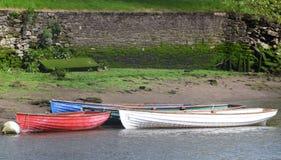 Maré-acima dos barcos a remos pelo lado do rio Fotografia de Stock Royalty Free