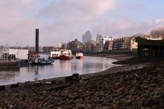 Maré baixa de Tamisa do rio dos barcos Fotografia de Stock