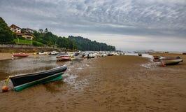 Maré baixa e barcos sobre a areia fotografia de stock royalty free