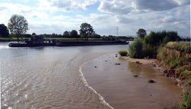 'maré baixa' e fluxo pelo towboat Fotos de Stock Royalty Free