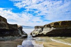 Maré baixa em Torrey Pines State Beach imagem de stock