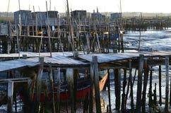 Maré baixa no porto de pesca artisanal de Carrasqueira, estuário do palaphite do rio de Sado, Portugal Imagem de Stock