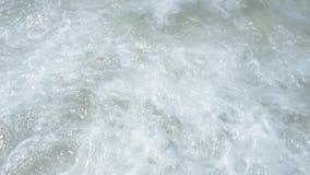 Maré calma no movimento lento Ondas na praia Floripa, Brasil video estoque