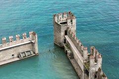Maré dentro do castelo de Scaliger - fortaleza medieval do porto, Sirmione, Fotografia de Stock