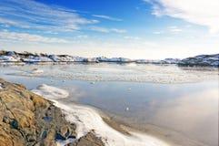 Maré do mar no fiorde da baía visível no inverno fotografia de stock royalty free