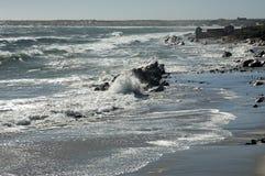 maré elevada na linha da costa do Atlântico sul imagens de stock