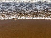 Maré entrante do oceano na praia da areia fotos de stock royalty free