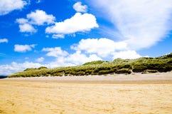 Maré para fora na costa do leste Portrush Foto de Stock