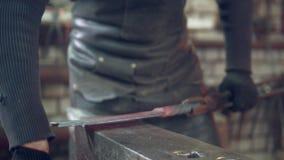 Maréchal-ferrant d'homme de métier travaillant dans l'atelier banque de vidéos