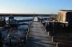 Marée basse au port de pêche artisanal de palaphite de Carrasqueira, estuaire de rivière de Sado, Portugal Photographie stock