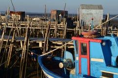 Marée basse au port de pêche artisanal de palaphite de Carrasqueira, estuaire de rivière de Sado, Portugal Photo stock