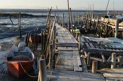 Marée basse au port de pêche artisanal de palaphite de Carrasqueira, estuaire de rivière de Sado, Portugal Photos stock