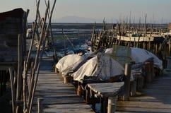 Marée basse au port de pêche artisanal de palaphite de Carrasqueira, estuaire de rivière de Sado, Portugal Images stock