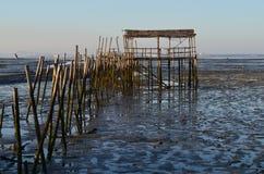 Marée basse au port de pêche artisanal de palaphite de Carrasqueira, estuaire de rivière de Sado, Portugal Image stock