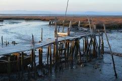 Marée basse au port de pêche artisanal de palaphite de Carrasqueira, estuaire de rivière de Sado, Portugal Images libres de droits