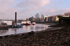 Marée basse de la Tamise de bateaux Photographie stock