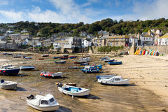 Marée basse et bateaux dans le port anglais Photographie stock libre de droits