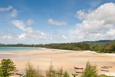Marée basse sur la plage tropicale photos stock