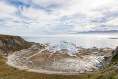 Marée basse sur un bord de la mer rocheux Photographie stock