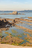 Marée basse sur une plage en Espagne images stock