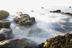Marée d'océan circulant sur des roches photographie stock